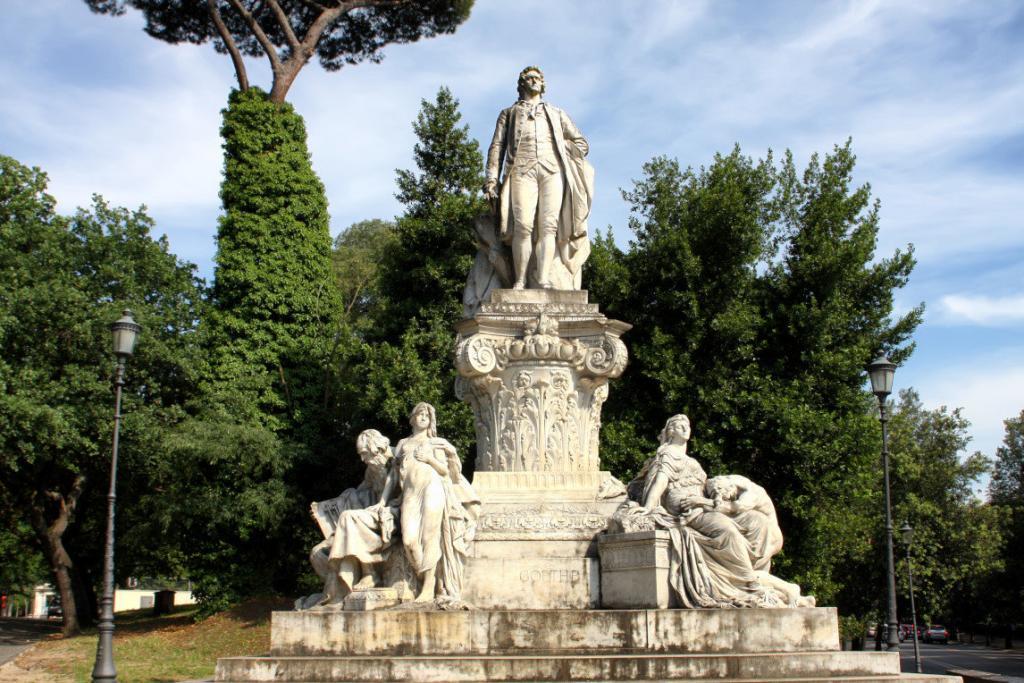 Borghese'nin bahçelerinde Goethe heykeli