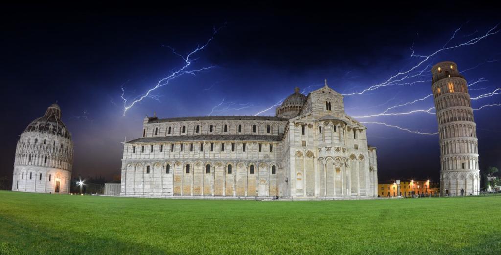 Pisa Kulesi ve Meydanının Gece Görünümü