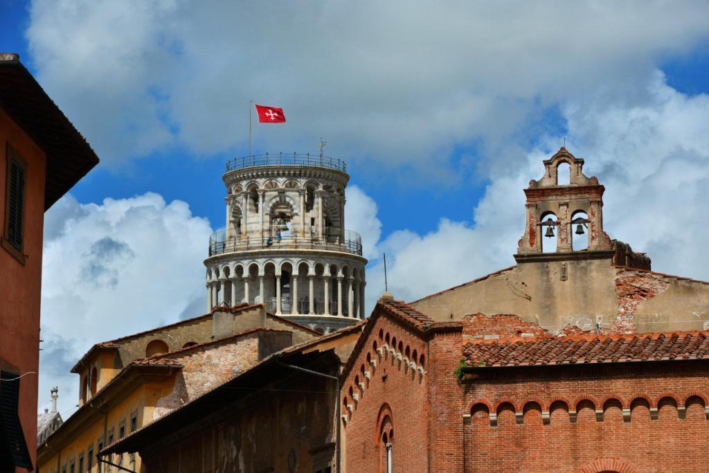 Tarihi Pisa merkezinden kulenin görünümü - Kulede kentin bayrağı asılıdır.