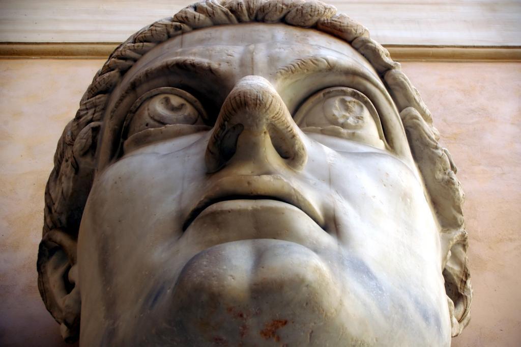 İmparator Büyük Konstantin'in Maxentius Bazilikası'ndaki dev heykeline ait parçalar, Palazzo dei Conservatori avlusu, Kapitolin Müzesi, Roma, İtalya (1)