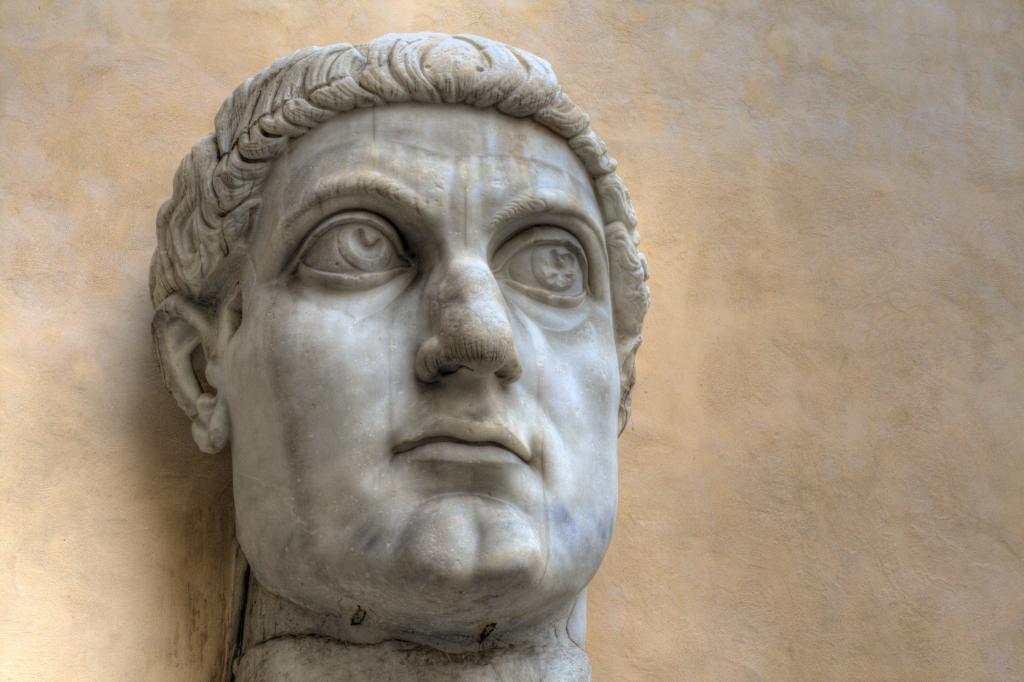 İmparator Büyük Konstantin'in Maxentius Bazilikası'ndaki dev heykeline ait parçalar, Palazzo dei Conservatori avlusu, Kapitolin Müzesi, Roma, İtalya (2)