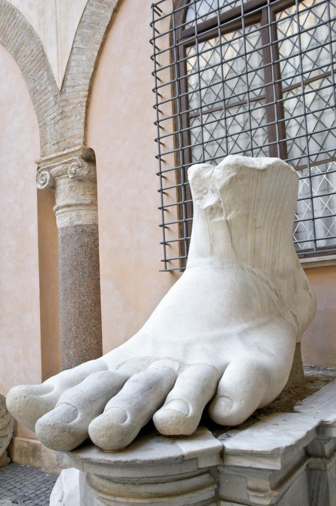 İmparator Büyük Konstantin'in Maxentius Bazilikası'ndaki dev heykeline ait parçalar, Palazzo dei Conservatori avlusu, Kapitolin Müzesi, Roma, İtalya (5)-