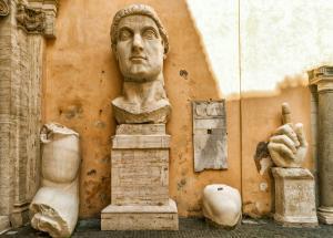 İmparator Büyük Konstantin'in Maxentius Bazilikası'ndaki dev heykeline ait parçalar, Palazzo dei Conservatori avlusu, Kapitolin Müzesi, Roma, İtalya