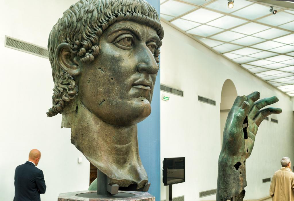 İmparator büyük Konstantin'i tasvir eden bronz heykel parçaları
