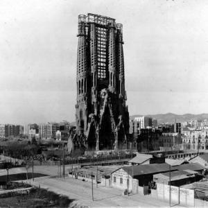 1920 yılında Sagrada Familia. Gaudi Doğuş Cephesi'ni bitirmek üzeredir.