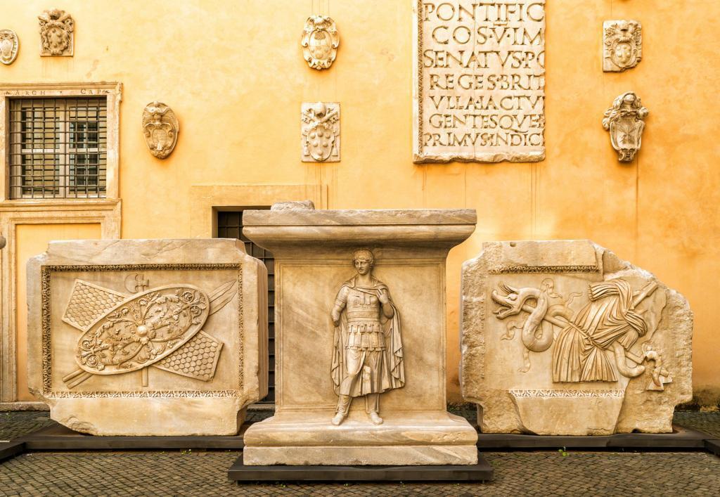 Kapitolin Müzesi - Palazzo dei Conservatori avlusunda yer alan Hadrian tapınağı parçaları (2)