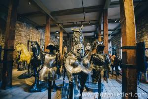 Londra Kalesi içindeki silah ve zırh sergisi. Alanında dünyadaki en büyük koleksiyonlardan birisidir