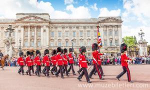 Buckingham Sarayı Nöbet Değişimi'nden bir kare.