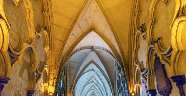Cloisters İç Kemerleri - Westminster Abbey. Manastır İngiliz Monarşisinin mezarlığı konumundadır.