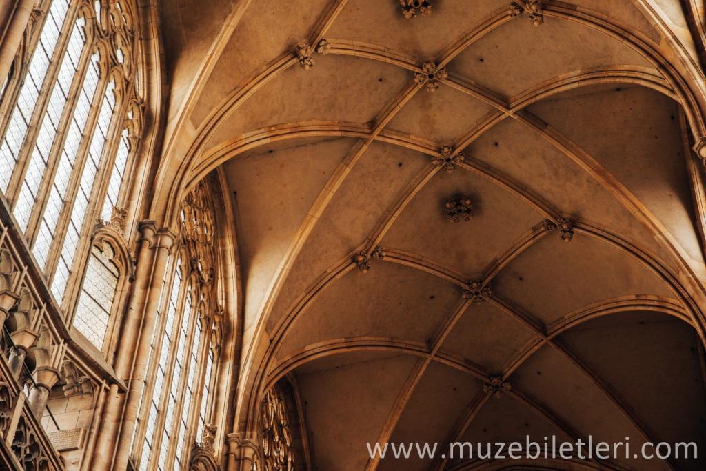 Gotik katedralin iç kısmı, muhteşem sutun başları, birbirine geçen sutunlar sıradışı bir tavan oluşturur, büyük pencereler ve gül süslemeleri göz alıcıdır.