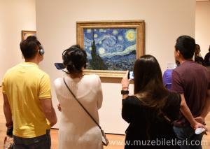 Vincent Van Gogh'un The Starry Night - Yıldızlı Gece eseri müzede 4'üncü katta yer almaktadır. Bu eseri görmeden çıkmamanızı öneririz.