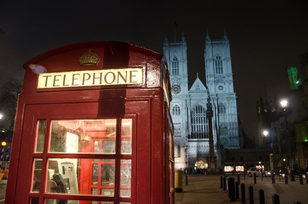 Westminster Abbey ve meşhur telefon kulubesi