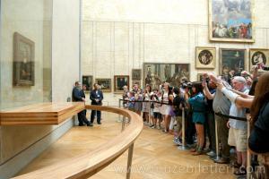 Özellikle yoğun saatlerinde gelirseniz Mona Lisa'yı görmeniz oldukça zorlaşabilir. Özellikle Japon turistlerin yoğun ilgisi var.