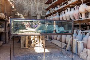 Forum Granary'de yer alan insan bedenleri.