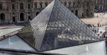 Louvre Müzesi Piramidi