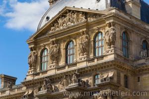 Louvre Müzesi Richelieu Kanadı'nın dışarıdan görünümü. Harika detaylar.