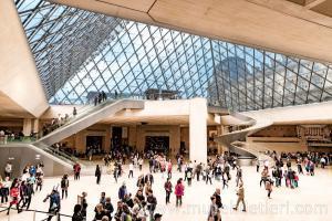 Louvre Müzesi'nin Ana girişi - Louvre Piramidi.