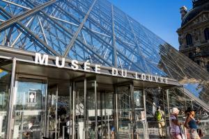 Louvre Müzesi'nin Girişi