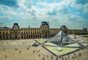 Louvre Piramidi'nin Louvre Müzesi içinden panoramik görünümü.