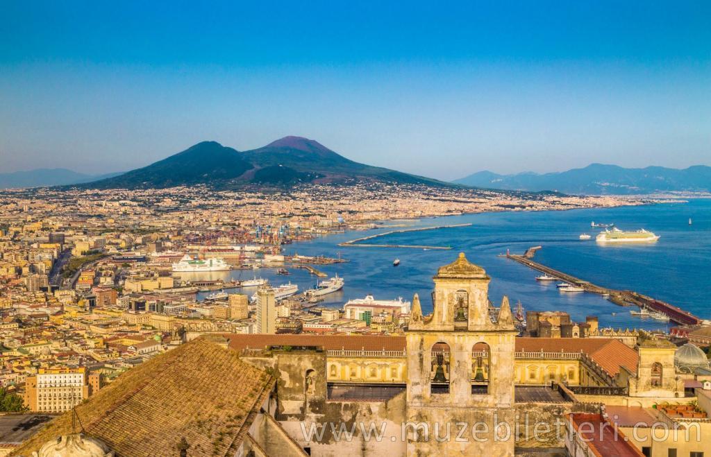 Panoramik Napoli manzarası ve arka planda Vezüv Yanardağı
