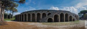 Pompeii Amfitiyatrosu'nun dıştan panoramik görünümü.