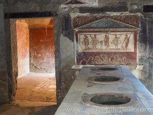 Thermopolium of Vetutius Placidus - Pompei Antik Kenti. Görselde yemeklerin ısıtıldığı ocakları görebilirsiniz. Mükemmel bir şekilde korunmuş.