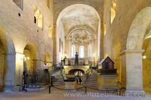 Aziz George Bazilikası'nın içi - Prag Kalesi