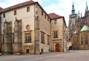 Eski Kraliyet Sarayı'nın Dışarıdan Genel Görünümü - Prag Kalesi Rehberi