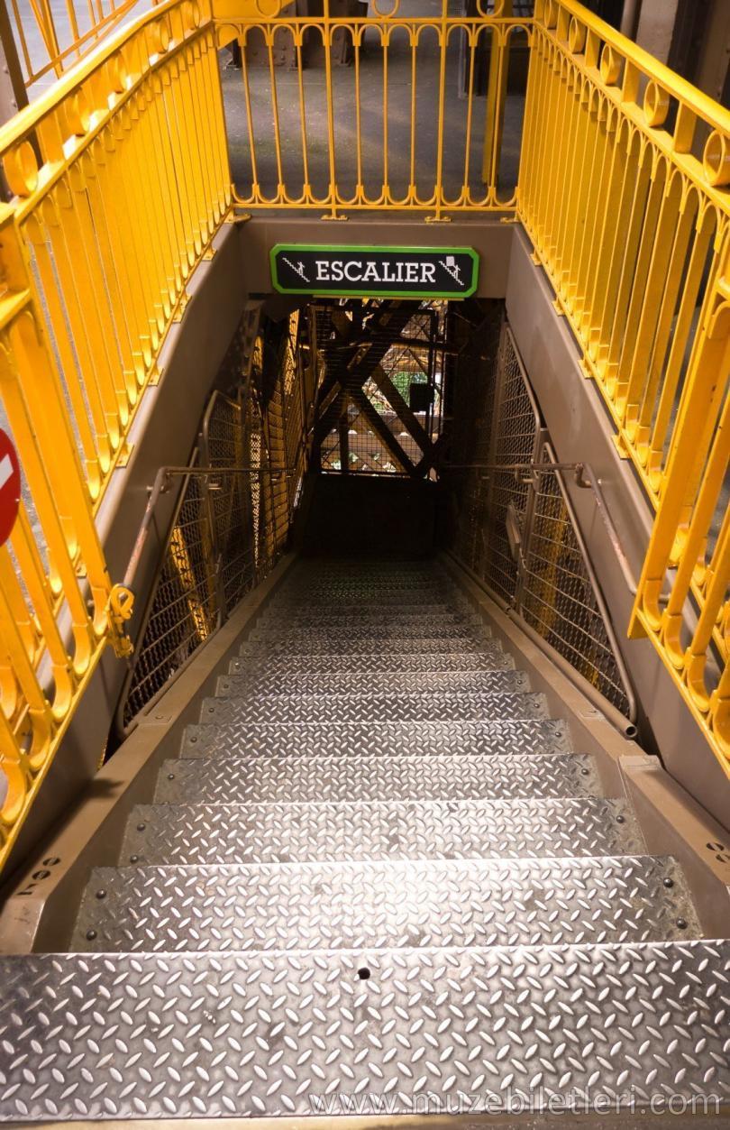 Eyfel Kulesi İniş Merdivenleri