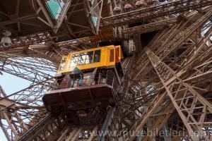 Eyfel Kulesi'nin tepesine çıkan asansörler