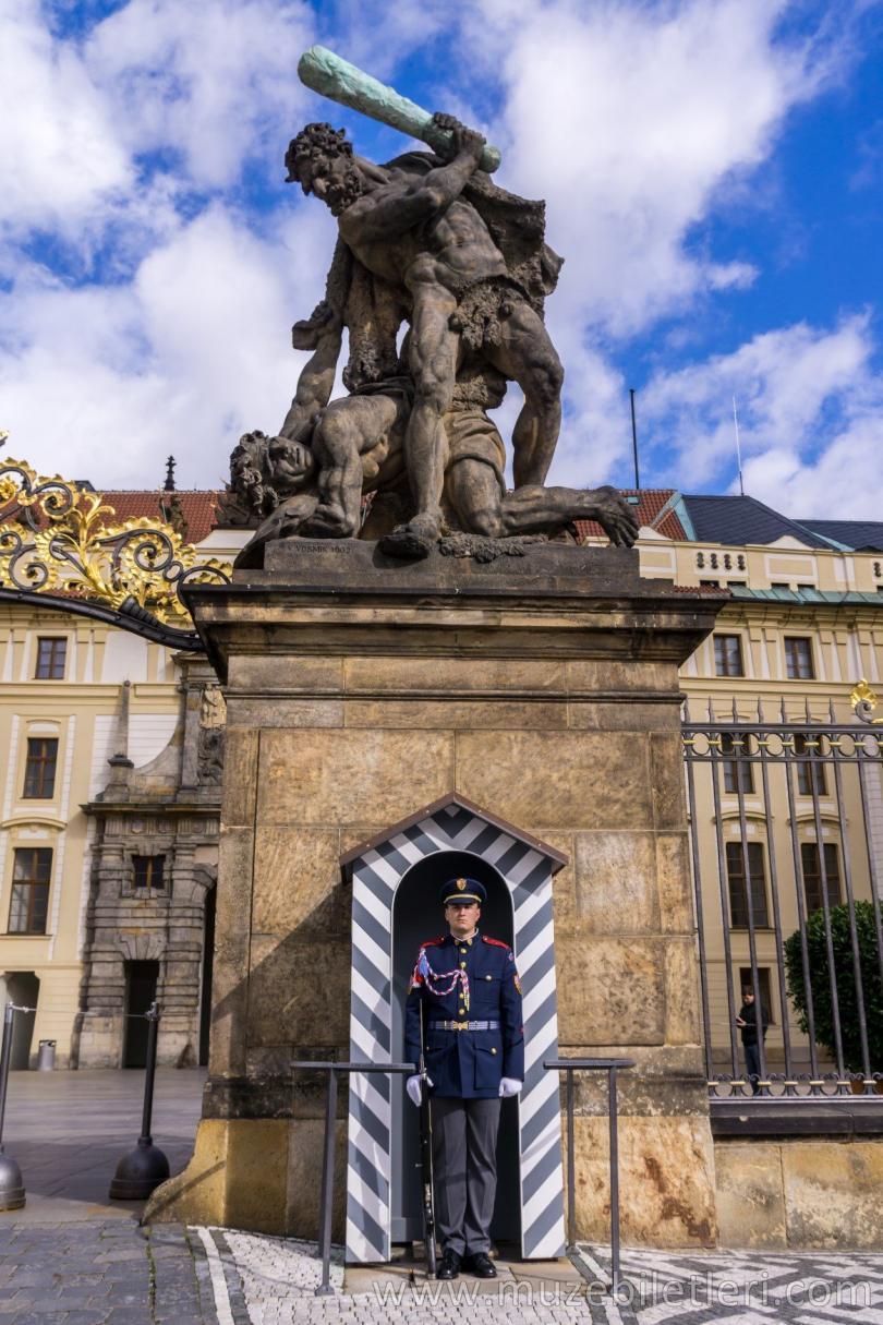 Prag Kalesi - Saray girişinde savaşan Titanlar heykeli altında nöbet tutan bir asker.