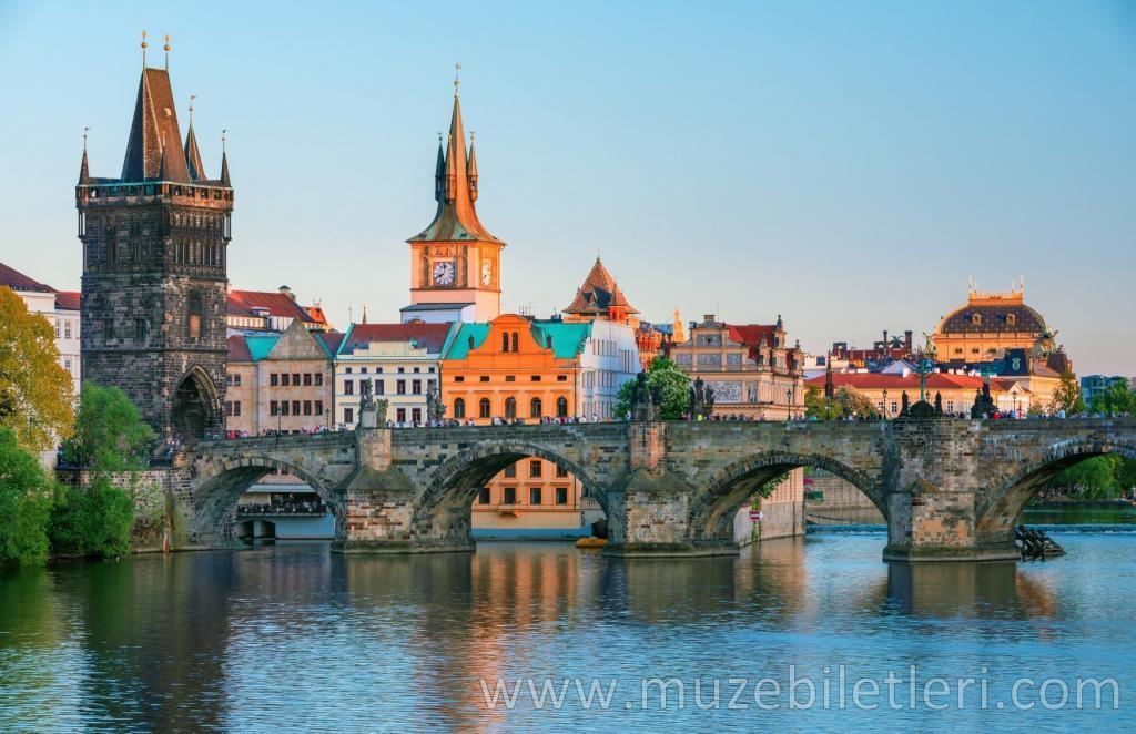 Vltava nehrinden Karl Köprüsü ve Prag Manzarası