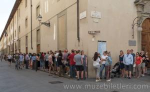 Galleria dell'Accademia bilet kuyruğunun bir bölümü.