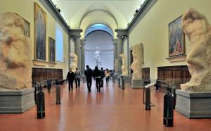 Mahkumlar Salonu'nda sergilenen Michelangelo'nun bitmemiş eserleri ve ileride sizi bekleyen Davut Heykeli - Akademi Galerisi