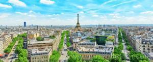 Paris Zafer Takı'nın terasından panoramik Paris manzarası ve Eyfel Kulesi'nin görünümü.