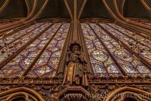 Sainte Şapeli üst katta yer alan havari heykellerinden detaylar