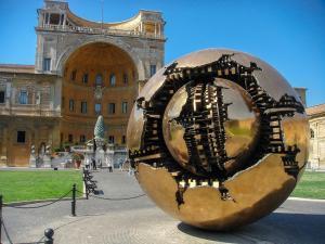 Sphere with Sphere heykeli - Cortile della Pigna