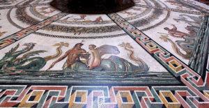 Yuvarlak Oda'nın zemininde yer alan mozaik taban.