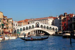 Rialto Köprüsü - Büyük Kanal ve bir Venedik Gondolu