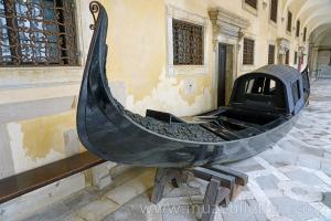 Sarayın dış cephesinde sergilenen eski bir Gondola