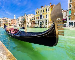 Venedik Gondol'unun baş kısmındaki ferro'nun yakından görünümü.