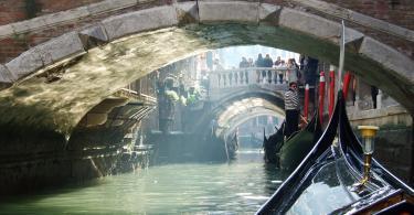 Venedik gondolu, dar sokaklar ve köprüler.
