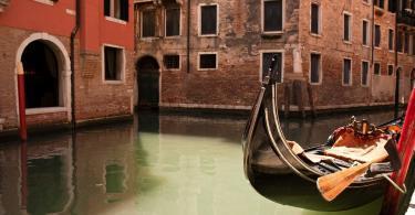Venedik sokaklarında bir gondol