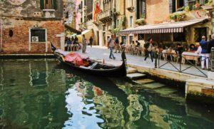 Venedik'in ara sokaklarında bir gondol.
