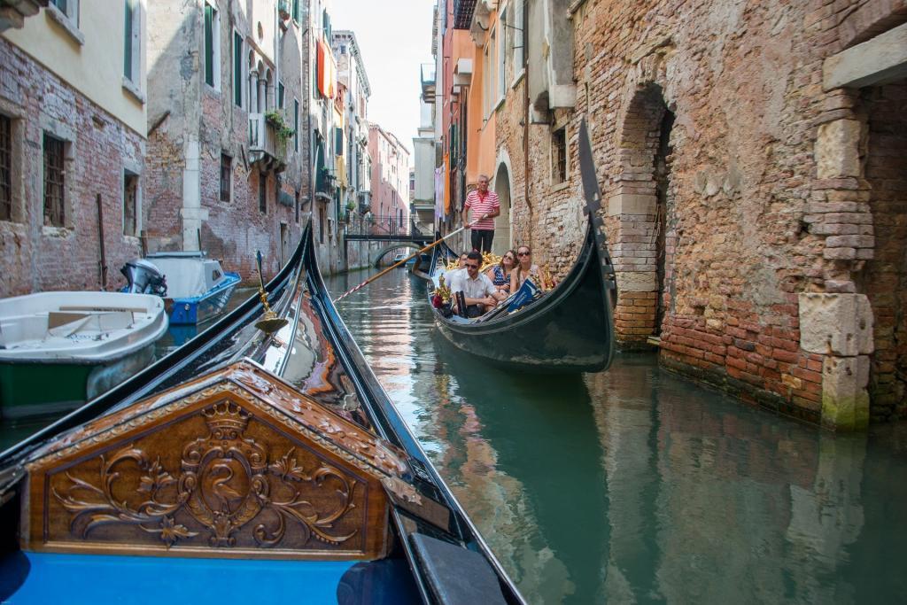 Venedik'in dar sokakları ve iki gondolun karşılaşması.