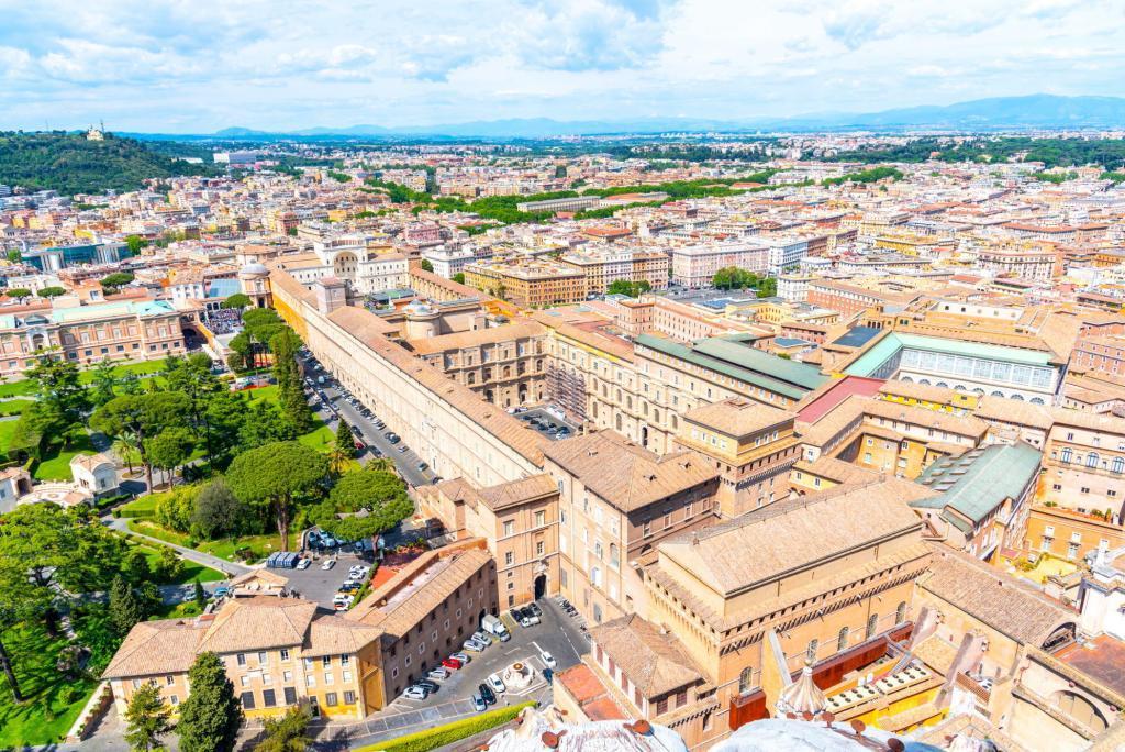 Vatikan Müzeleri ve sağ köşedeki Sistina Şapeli