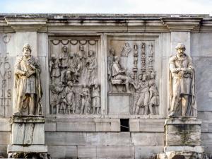Konstantin Kemeri'nin en üst bölümündeki heykeller.